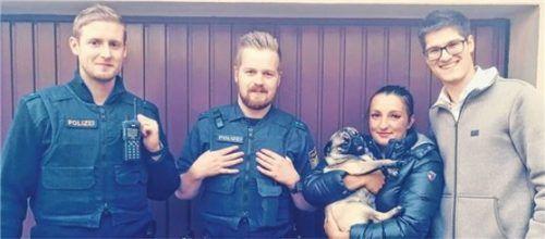 """Wieder vereint: Polizeimeister Franz Bauregger und Polizeiobermeister Daniel Pils (von links) haben """"Mia"""" ihren Besitzern übergeben. Foto Polizei"""