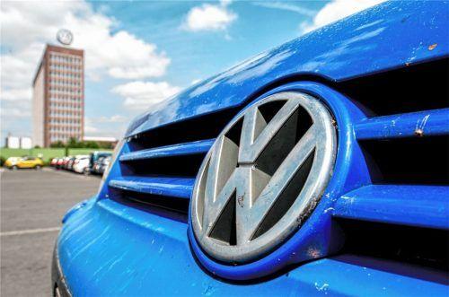 Ein Volkswagenlogo an einem VW Golf vor dem Unternehmenssitz von Volkswagen. Während die Sammelklage im Zuge des Abgas-Skandals gerade anläuft, hat sich eine Tiguan-Fahrerin aus Tuntenhausen mit VW geeinigt. Foto  dpa