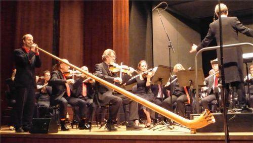 """Erhabene Klänge: Rainer Bartesch (links), Solist am Alphorn und Komponist des """"Capriccio für Alphorn und Orchester"""", das in Rosenheim uraufgeführt wurde. Foto Füchtner"""