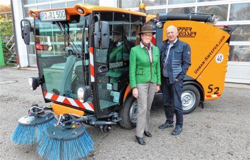Freuen sich über die Anschaffung: Marianne Steindlmüller und Josef Mayer. Foto Thümmler