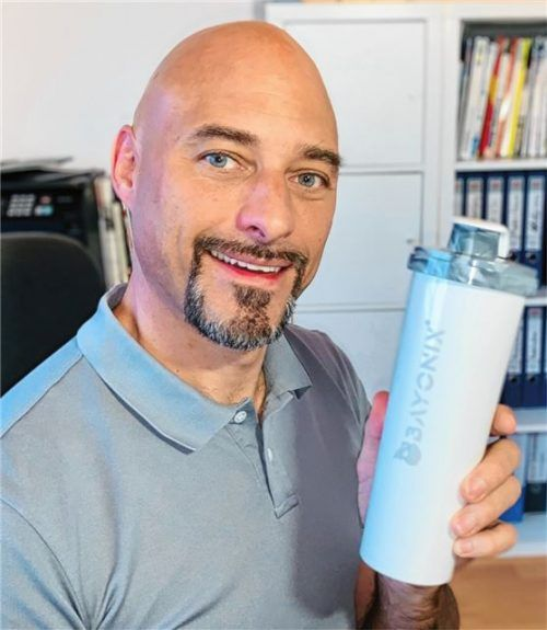 Gründer Stefan Hunger mit der schadstofffreien Trinkflasche. Foto  re