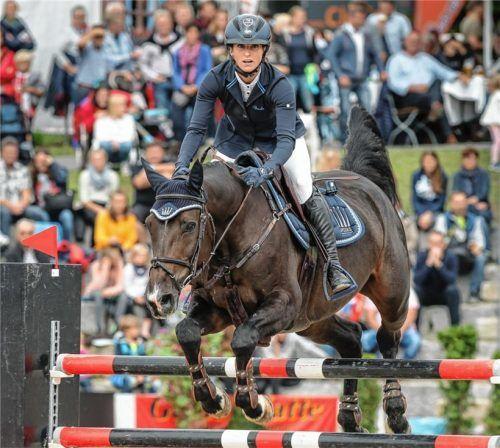 Mit Con Touch (unser Bild) wurde sie beim Chiemsee-Pferdefestival im September Zweite des Großen Preises – nun kehrt Simone Blum wieder zu einem Turnier auf Gut Ising zurück: Die Weltmeisterin nimmt am großen Hallenturnier im Springreiten teil. Foto  Weitz