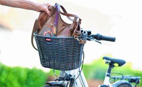 Vorsicht, Zugriff: Vor Handtaschendieben warnt die Traunsteiner Polizei. Foto  dpa