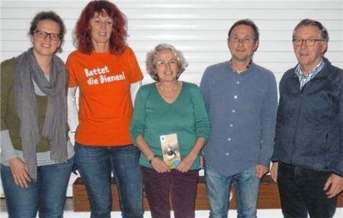 Der Aktionskreis zur Rettung der Bienen mit Bianca Hegmann, Lisa Sieber, Ingrid Schubert, Dr. Andreas Zahn und Andrew Hewitson (von links). Foto hra