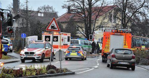 Ein Großaufgebot an Rettungskräften eilte nach dem Zusammenstoß zum Bahnübergang in Fürstätt.Fotos Schlecker
