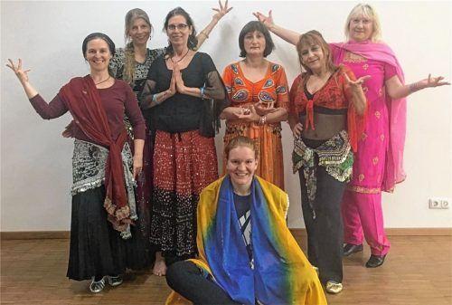 """Die Bollywood-Freestyle Tanzgruppe """"Masala"""": (von links) Astrid Haimerl, Maria Klein, Petra Moser, Conny Kreuz, Daniella Ryl, Marianne Pietsch und OVB-Volontärin Anna Heise (vorne). Foto Koppetsch"""