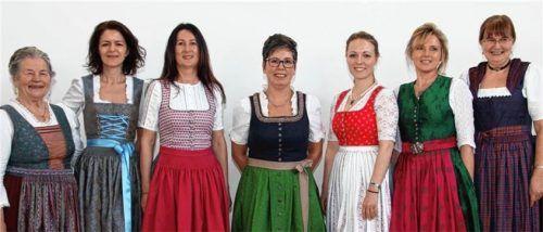 Die Vielfalt der geschneiderten Dirndl mit Organisatorin Rosmarie Henke (links) und Kursleiterin Gerti Mayer (rechts).Fotos kirsch