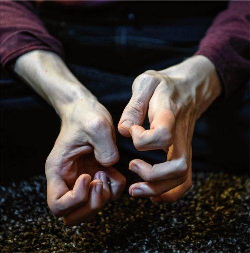 Merkmal: Bei Nervosität oder Erschöpfung beginnen bei vielen Autisten sich die Finger zu verbiegen. Auch bei Birke Opitz-Kittel ein Zeichen, dass es ihr zu viel wird.Foto dpa, Schlecker (2)