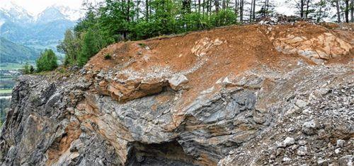 Aus der heute schon recht dünnen und geologisch labilen Sichtschutzwand wurde, wie hier, kürzlich Gestein herausgesprengt. Nußdorfs Bürgermeister Sepp Oberauer hat nun kein Vertrauen mehr, dass letztendlich die Sichtschutzwand erhalten bleibt. Foto steffenhagen