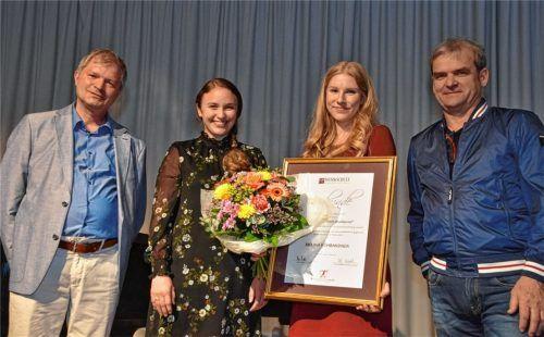 Melina Kühbandner (Bildmitte) neben ihrer Lehrerin Christine Sedlmeier wird vom Vorsitzenden Peter Rutz (rechts) und Schulleiter Gottfried Hartl (links) der Leonhard-Grötsch-Musikpreis verliehen.Foto Schlecker