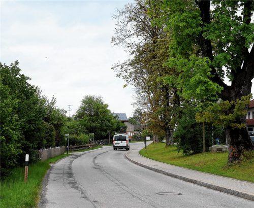 So bald wie möglich soll die Dorfstraße in Winden hergerichtet werden, parallel zu dieser Arbeit bekommt der Haager Ortsteil einen durchgehenden Gehweg. Foto  Bauer