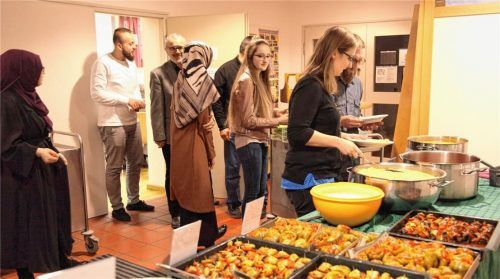Um 21 Uhr begann das Fastenbrechen und das reichhaltige Buffet, das die türkisch-islamische Gemeinde vorbereitet hatte, wurde eröffnet.Fotos  Münch