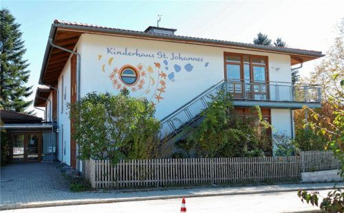 Das Kinderhaus St. Johannes in Gstadt platzt aus allen Nähten. Die Kommunalpolitik diskutiert jetzt, ob ein Anbau aufgestockt werden soll oder ein Komplettneubau zur Erweiterung nötig ist.Foto thümmler