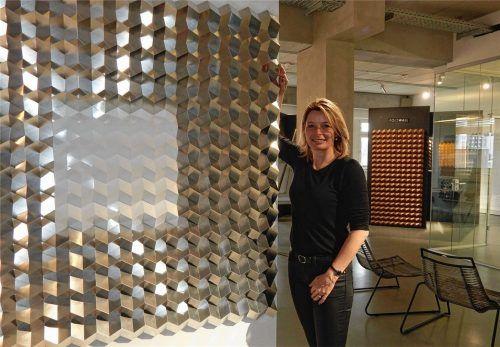 Foldart-Gründerin Heidrun Keim in ihrem Kolbermoorer Showroom. Sie steht vor einer neuen Entwicklung, einem neunteiligen Faltobjekt für die Wand.