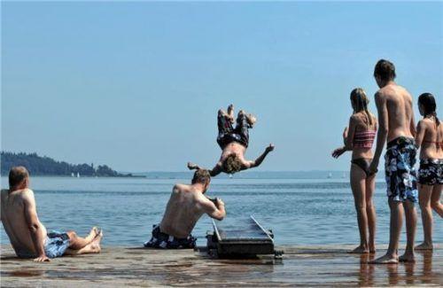 Badegäste bei Bernau am Chiemsee: Die Zahl der Gäste aus dem Inland ging gegenüber ausländischen Touristen in diesem Jahr zurück.Foto  dpa