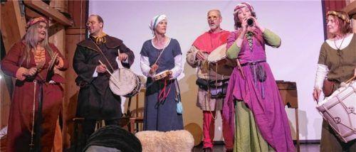Enorme Vielfalt an Instrumenten (von links): Lottie Margiono (Schellentrommel), Karel Barten (Trommel), Helma Hartman (Schellentrommel), Berrie Hendriksen (Trommel), Karien Welling (Chalumeau) und Stephanie Laddrak (Trommel).Foto  Kirchner