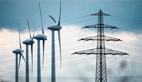 Windräder und ein Strommast in Niedersachsen. Geht es nach den Stromtrassenplänen der Netzbetreiber, soll die umstrittene Stromtrasse Suedlink sich auf über 700 Kilometern von Nord- nach Süddeutschland erstrecken. Die Wirtschaft setzt sich für ihren Bau ein, denn sie befürchtet ansonsten steigende Stromkosten.Foto dpa