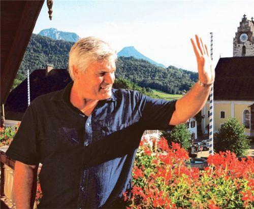"""Bürgernah und engagiert: Vom Balkon der Galerie im Schwirtlichhaus grüßt Martin Schmid, der für die """"Beurer Bürgernähe"""" kandidiert.Foto Reischl-Zehentbauer"""