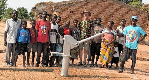 Vor wenigen Wochen konnte Konrad Ess (Mitte mit Hut) der Bevölkerung eines Ortsteiles in Ngala einen neuen Handbrunnen übergeben.