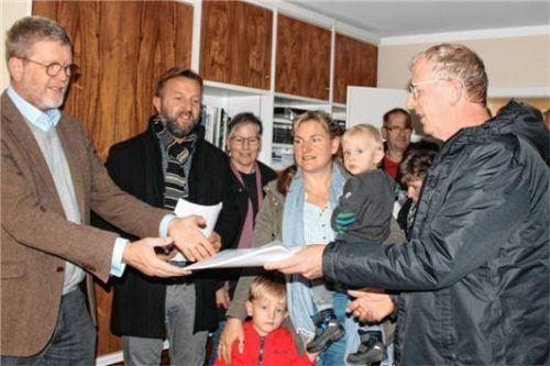 CSU-Landtagsabgeordneter Dr. Marcel Huber (links) bekommt stellvertretend von Josef Platschka (rechts) und weiteren Mitgliedern der Bürgerinitiative die Unterschriftenlisten überreicht.Foto Sutherland