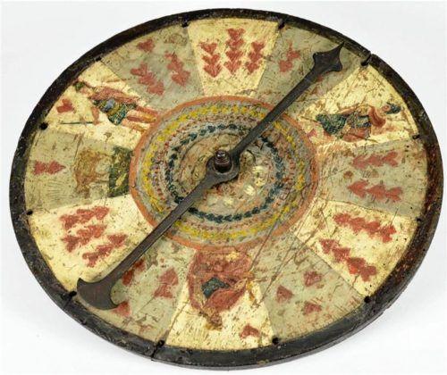 Das Drahndl ähnelt dem Roulettespiel. Dieses hier ist aus Holz und Metall gefertigt und mit Spielkartenmotiven bemalt. Laut Museum Wasserburg wird es auf Ende des 18. Jahrhunderts datiert. Foto Susanne Raffler & Armin Göttler