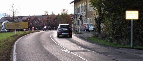Gefahr in Verzug in Niedernburg – und das seit Jahren. Jetzt sind Anlieger nach Angaben des Gemeinderats bereit, Grund für einen Gehweg abzutreten. Damit könnte eine weitere Geschwindigkeitsbegrenzung erreicht werden. Foto sperber