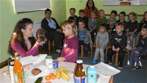 """Ihre Einkäufe analysierten die Kinder aus der """"Sternschnuppe"""" gemeinsam mit Stefanie Kießling (links).Foto  RE"""