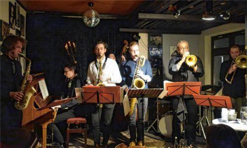 Das Samerberger Jazzensemble bestand diesmal aus Dozenten und Studenten des Jazzinstituts München und brachte als Oktett einen großen Bläsersatz auf die Bühne. Foto Friedrich