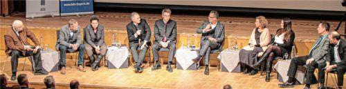 Die Landratskandidaten im Gespräch mit Moderator Norbert Haimerl (Fünfter von rechts).Fotos Reisner