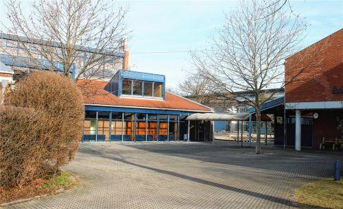 Die Schule bekommt was aufs Dach: Hinter der Gaube soll die Fotovoltaik-Anlage montiert werden. Foto riediger