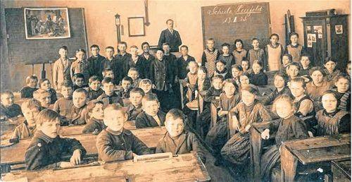 Ein Foto aus der Heufelder Schule aus dem Jahr 1925 mit Schülern der vierten bis siebten Klasse. Fotos  RE