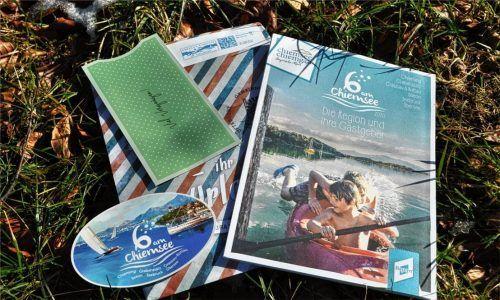 """Zu den Werbemitteln der Tourist-Information zählt die neue Broschüre """"6 am Chiemsee"""" sowie ein Autosticker und die neuen Tickethüllen. Foto Eder"""