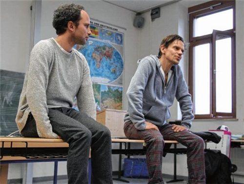 """Die beiden Gründer: Benedikt Zimmermann (links) und Andreas Schwankl haben den Verein """"Junges Theater Rosenheim"""" gegründet. Auf dem Bild sieht man die beiden Männer bei der Aufführung eines Klassenzimmertheaters. Foto Schroeder"""
