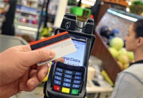 Alle Banken aus der Region raten dazu, bargeldlos zu bezahlen, da so jeglicher Handkontakt vermieden werden kann.Foto dpa