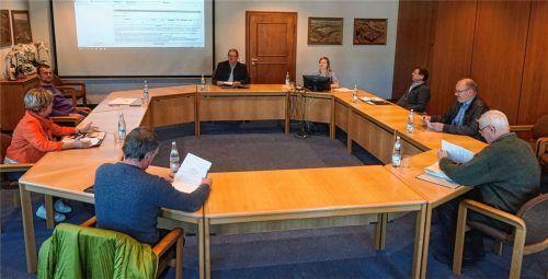 Blick in den großen Sitzungssaal in Gars: Der Haupt- und Finanzausschuss tagt mit Sicherheitsabstand – bereitgestellt waren Desinfektionsmittel und Einmalhandschuhe. Foto Münch