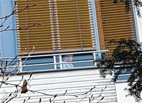 Blickkontakt zwischen der Mutter hinter dem Klinikfenster und der Tochter vor dem Krankenhaus: Nach dem Aufenthalt im Rosenhof wurde eine Altöttingerin positiv auf Covid-19 getestet, musste einige Tage in der Mühldorfer Corona-Klinik verbringen. Inzwischen ist die 69-Jährige wieder genesen. Doch immer noch ist nicht geklärt, weshalb es so lange gedauert hat, bis vermeintliche Kontaktpersonen über Corona-Infektionen in der Reha-Klinik informiert wurden.