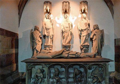 Das Heilige Grab von Niederhaslach in der Collégiale Saint-Florent im Elsaß dient der Veranschaulichung, wie Heilige Gräber aufgebaut sind. Es stammt aus dem 14. Jahrhundert. Auf dem Steinsarg sind an der Längsseite die Wächter abgebildet. Fotos Steffan