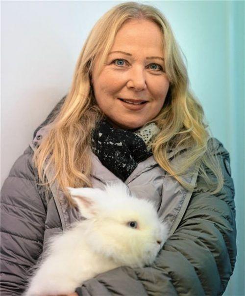 """Das ist Willi (also das Löwenkopfkaninchen). Und Andrea Thomas, Vorsitzende des Tierschutzvereins Rosenheim. """"Kaninchen darf man nur vorsichtig und mit beiden Händen hochnehmen"""", sagt sie."""
