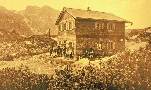 Der Bau der Alten Traunsteiner Hütte, hier ein Bild um 1910, ist eines der Verdienste der Alpenvereinssektion Traunstein. Fotos stadtarchiv Traunstein