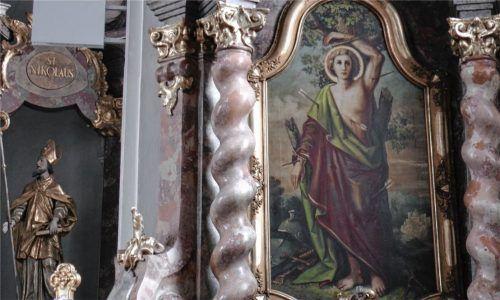 Der Sebastiani-Altar in der Kirche St. Peter und Paul in Erharting. Er wurde geschaffen, damit die Gläubigen das Wallfahrten einstellen und stattdessen zu Hause eine Prozession gestalten.Foto Biermaier