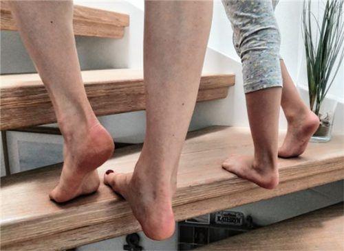 Der sogenannte Treppentanz soll die Waden dehnen und stärken. Foto Kneippverein
