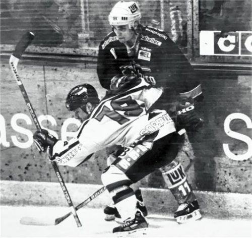 Derek Cormier (hier im Spiel gegen Schwenningen) war zweitbester Rosenheimer Scorer in der Saison 1999/2000.