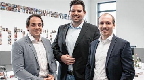 """Die drei von """"InnFactory"""": (von links) Maximilian Grassl, Tobias Jonas und Anton Spöck haben, gemeinsam mit fünf anderen IT-Profis, die Cloud-Plattform """"Careplace"""" entwickelt. Das Bild ist vor der Corona-Krise entstanden.Foto Andreas Jakob"""
