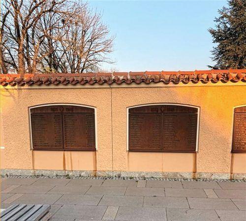 Die Gedenktafeln an der Mauer des Alten Friedhofs verlieren Rost: Auf jede Tafel sind 30 Namen der im Zweiten Weltkrieg gefallenen Kolbermoorer hineingefräst worden. Foto re