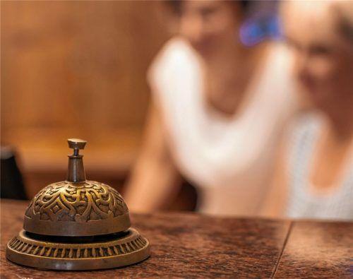 Die Glocke an der Rezeption, wie diese in einem Hotel in Reit im Winkl, steht derzeit in allen Übernachtungshäusern still. Die Chiemgauer Touristiker hoffen auf Staatshilfen und eine baldige Lockerung der Reisebeschränkungen, sofern gesundheitlich vertretbar. Die Krise bedroht viele Betriebe bereits in ihrer Existenz. Foto Chiemgau Tourismus