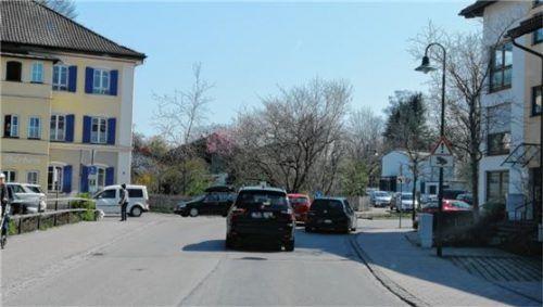 Die Schlange der Autos in Richtung Wertstoffhof riss in dieser Woche überhaupt nicht mehr ab. Nun greift die Stadt Bad Aibling zu Konsequenzen, die Bürgermeister Felix Schwaller eigentlich vermeiden wollte. Foto  Feuersinger