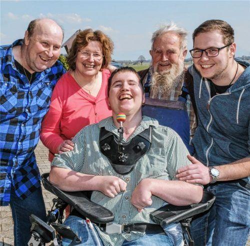 Dieses herzliche Lachen macht ihn aus. Michi Mehringer (Mitte) mit Vater Rupert, Mutter Agnes, Großvater Johann und Bruder Rupert junior (von links). Fotos  Leder