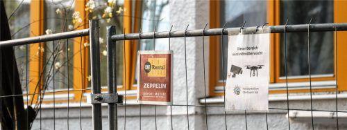 Ein Bauzaun ist rings um das Gelände der Asylunterkunft in der Karlsbader Straße errichtet worden. Die 60 Bewohner stehen seit vergangenem Samstag unter Quarantäne. Auch in einer Einrichtung in der Äußeren Oberaustraße gibt es zwei bestätigte Fälle. Fotos Kreklau
