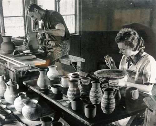 Ein Blick zurück: Schon Bernd Vogts Mutter Brigitte hat sich im Jahr 1946 um die Töpferei gekümmert. Hier bemalt sie gerade eine Schüssel.