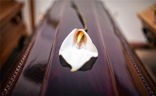 Eine Blume zum Abschied: Seit der Corona-Pandemie haben sich die Regeln für Beerdigungen grundlegend geändert. Foto dpa